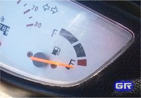 Индикатор уровня топлива на приборной панели скутера