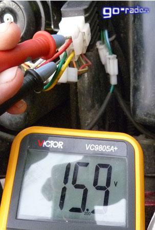 Замер напряжения поступающего на электрооборудование скутера