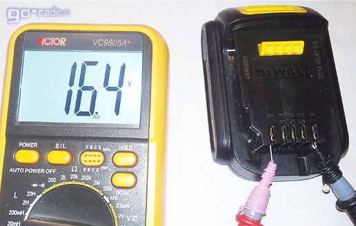 Полностью заряженный Li-ion аккумулятор от шуруповёрта DeWALT