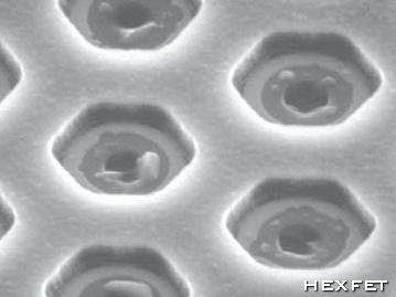 Поверхность кристалла транзистора HEXFET