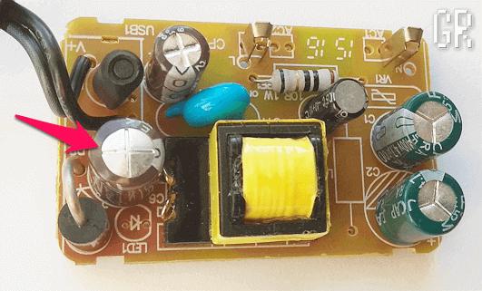 Вздувшийся конденсатор на плате выносного блока питания